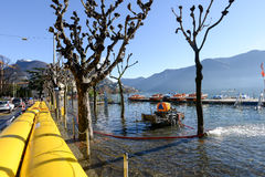 Povos da água de bombeamento da proteção civil da inundação do la Foto de Stock Royalty Free