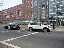 Povos da assistência do escritório de polícia da patrulha da estrada após seu BMW branco Imagem de Stock Royalty Free
