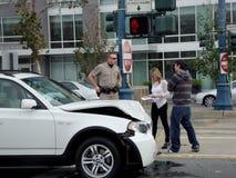 Povos da assistência do escritório de polícia da patrulha da estrada após seu BMW branco Fotos de Stock Royalty Free