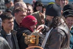 Povos da bênção do padre com água santamente Tyumen Imagens de Stock