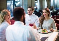 Povos da classe média que apreciam o alimento no terraço do café Imagem de Stock Royalty Free