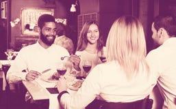 Povos da classe média que apreciam o alimento Fotografia de Stock Royalty Free