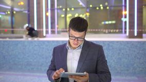 Povos da construção ou coordenador ou homem de negócios que usa a tabuleta eletrônica no local construção e projeto da associação vídeos de arquivo