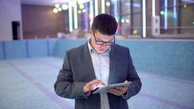 Povos da construção ou coordenador ou homem de negócios que usa a tabuleta eletrônica no local construção e projeto da associação video estoque