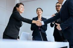 Povos da equipe do sucesso comercial que agitam as mãos que terminam acima após o encontro interno imagens de stock royalty free