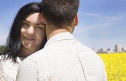 Povos da felicidade do Wo no campo amarelo e no céu azul Foto de Stock Royalty Free