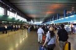 Povos da multidão no corredor para o registo Foto de Stock