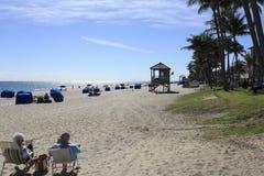 Povos da praia de Deerfield que relaxam Fotos de Stock Royalty Free