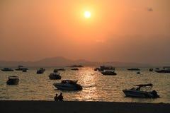 Povos da praia do por do sol na cidade de pattaya fotos de stock royalty free