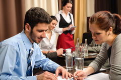 Povos da reunião de negócio que negociam no restaurante fotos de stock royalty free