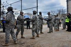 Povos das ajudas dos soldados da marinha dos E.U. Fotos de Stock Royalty Free
