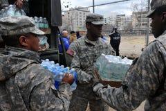 Povos das ajudas dos soldados da marinha dos E.U. Imagem de Stock