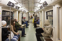 Povos de assento no uderground de Moscou no vagão Imagens de Stock Royalty Free