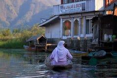 Povos de barco, Srinagar, Kashmir, India imagens de stock royalty free