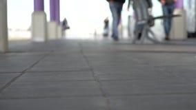 Povos de Blured que andam no estação de caminhos de ferro Caminhada dos pedestres Fora do vídeo do fundo 1080p do foco filme