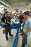 Povos de ensino do mecânico como instale uma gaveta em um cubo de rodas Fotografia de Stock Royalty Free
