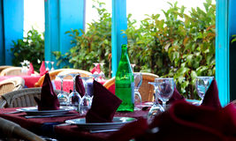 Povos de espera prontos da tabela a almoçar Fotos de Stock Royalty Free