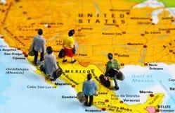 Povos de México que viaja ao Estados Unidos foto de stock