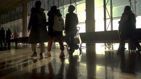 Povos de Manny no aeroporto Barcelona na Espanha, metragem do lapso de tempo video estoque