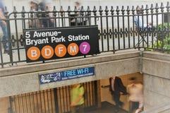 Povos de New York City Bryant Park Subway Station Busy fotos de stock