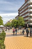Povos de passeio no bulevar Vitosha na cidade de S?fia, Bulg?ria imagens de stock