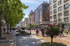 Povos de passeio no bulevar Vitosha na cidade de S?fia, Bulg?ria imagem de stock