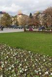 Povos de passeio no parque na frente do palácio nacional da cultura em Sófia, Bulgária Imagens de Stock Royalty Free