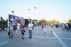 Povos de passeio no quadrado do estádio, em China foto de stock