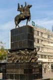 Povos de passeio no rei Milan Square na cidade de Nis, Sérvia imagem de stock