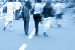 Povos de passeio que apressam-se na rua Fotografia de Stock