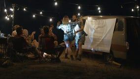 Povos de riso brincalhão que relaxam no acampamento filme