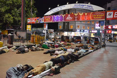 Povos de sono em Coimbatore fotos de stock royalty free