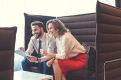 Povos de sorriso em coworking Fotografia de Stock