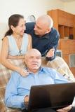 Povos de sorriso   no trabalho no portátil Foto de Stock Royalty Free