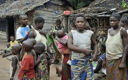 Povos de um tribo de pigmeus de Baka na vila do canto étnico Dança tradicional e música novembro, 2, 2008 CARROS Imagens de Stock Royalty Free