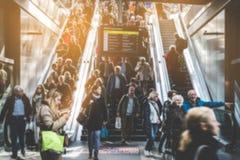 Povos de viagem na escada rolante aglomerada fotos de stock royalty free