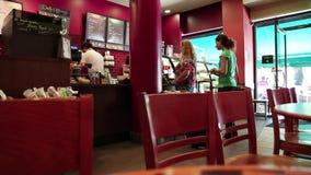 Povos dentro da barra do café e da pastelaria video estoque