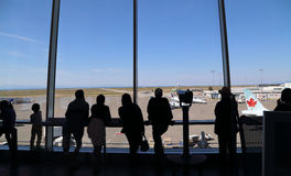 Povos dentro do aeroporto de YVR que olham o avião de Air Canada Foto de Stock