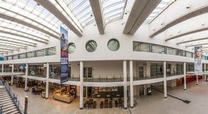 Povos dentro do terminal 3 em Brema no aeroporto Fotografia de Stock