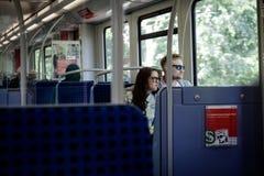 Povos dentro do trem do transporte público do metro de Hamburgo Foto de Stock Royalty Free