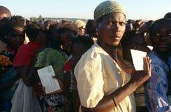 Povos desloc que recebem o dae (dispositivo automático de entrada) em um acampamento em Angola Fotos de Stock Royalty Free