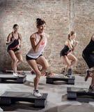 Povos desportivos no treinamento imagens de stock royalty free