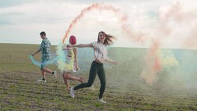 Povos despreocupados no fumo colorido que apreciam a natureza video estoque