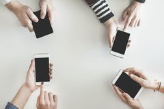 Povos diferentes que usam seus telefones celulares imagens de stock royalty free