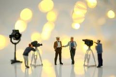 Povos diminutos: Atriz na frente da câmera no SE do filme Imagem de Stock