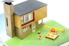 Povos diminutos: Família e crianças com casa usando-se para concentrado foto de stock