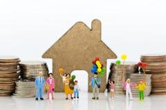 Povos diminutos: Família grande, uso da imagem para o dia internacional do fundo do conceito de famílias imagens de stock