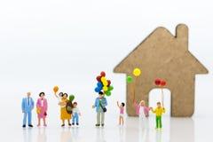 Povos diminutos: Família grande, uso da imagem para o dia internacional do fundo do conceito de famílias foto de stock royalty free