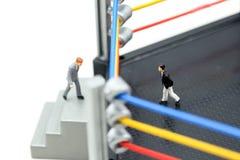 Povos diminutos: homem de negócios com as luvas de encaixotamento que estão na BO Imagem de Stock