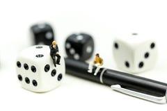 Povos diminutos: homem de negócios que está com dic preto e branco Imagem de Stock Royalty Free